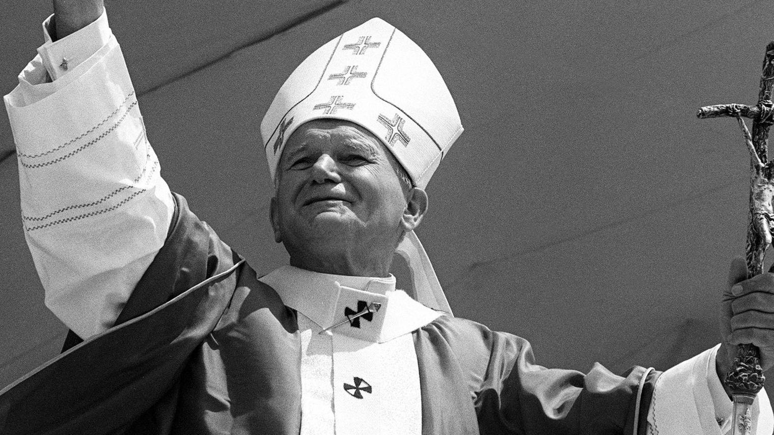 le-pape-jean-paul-ii-salue-la-foule-a-son-arrivee-a-lubumbashi-le-16-aout-1986-lors-de-la-derniere-etape-d-une-visite-au-zaire_4884251